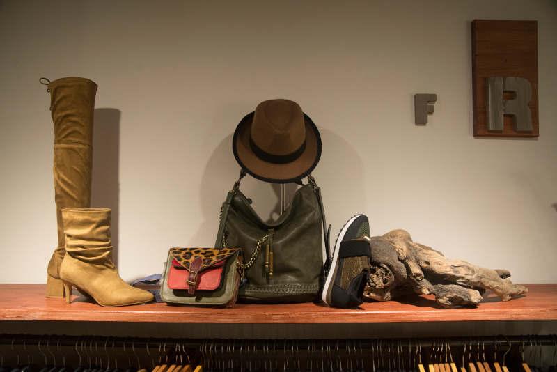 Botas, zapatos, bolso y sombrero.