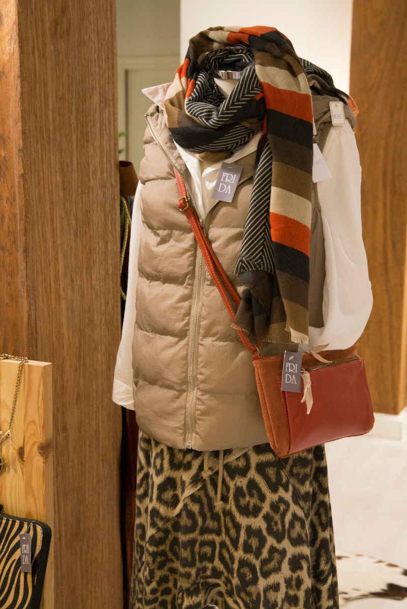 Conjunto de blusa, chaleco falda y bufanda
