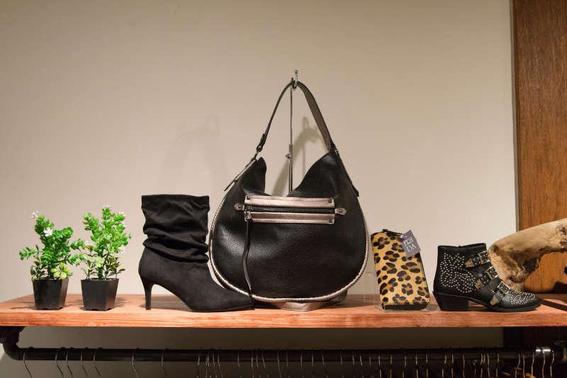 Bolso, zapatos y botines de moda joven de mujer