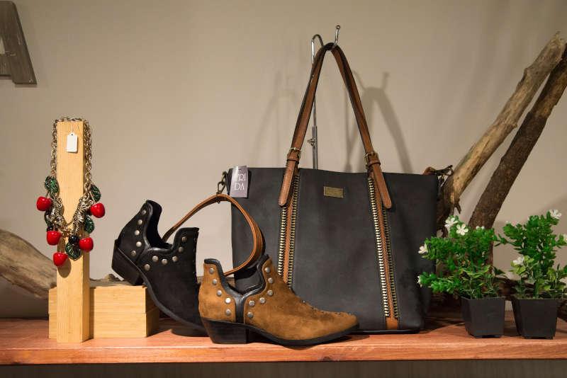 Selección de zapatos, bolso y collar