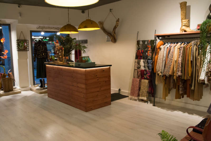 Mostrador y percheros de ropa de la tienda Frida de Castro Urdiales