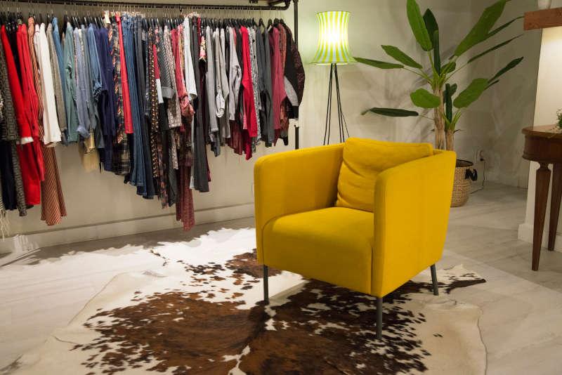 Percheros de ropa y butaca de la tienda Frida de Castro Urdiales